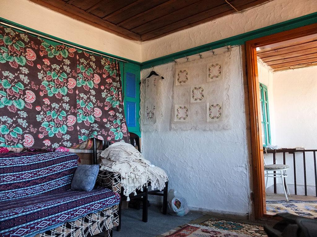 A sala da casa de Aysha, em Sirince