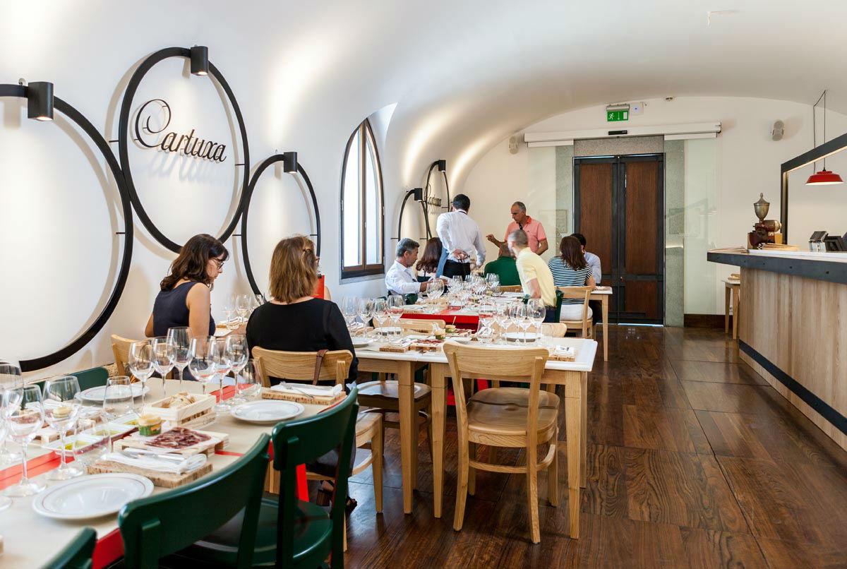 Vinhos Cartuxa a copo no centro de Évora