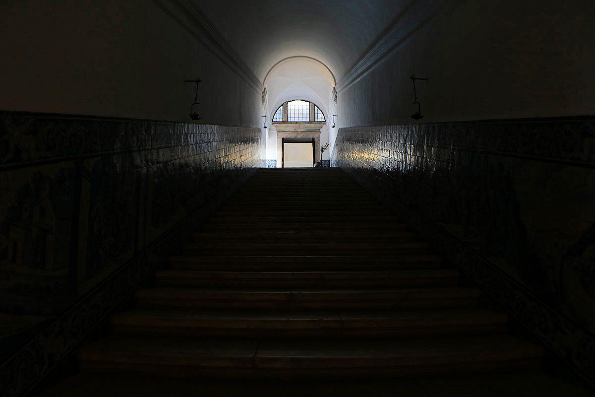 As escadarias e os painéis do convento