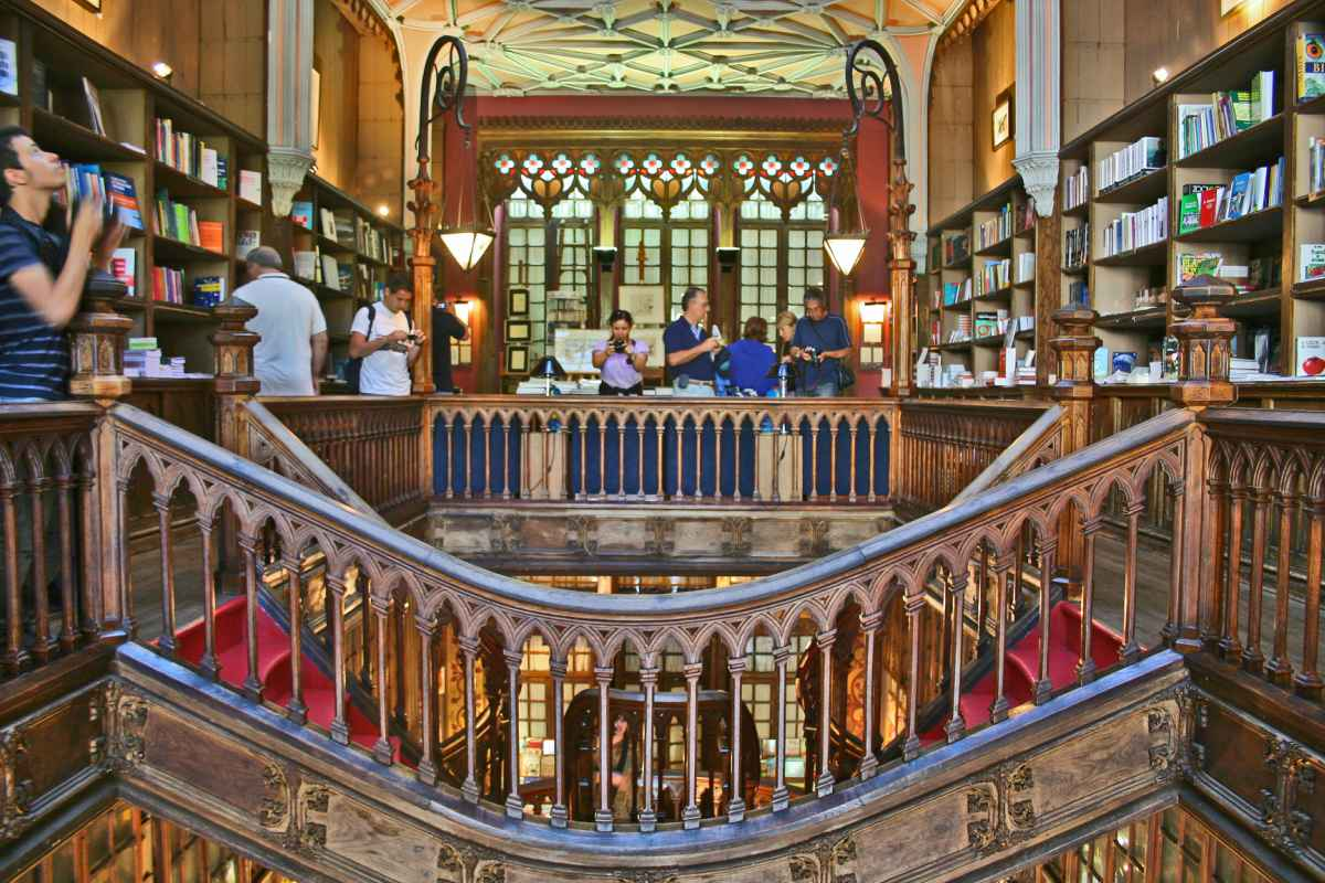A Lello é considerada uma das mais bonitas livrarias do mundo
